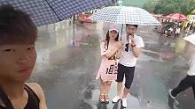 这够敬业啊,下大雨也户外直播!