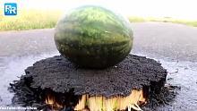 25000根火柴上放一个西瓜,你猜会发生什么?