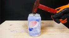 当一整罐可乐放入液氮中,砸下去比石头还坚硬啊...