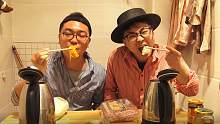 卫生间两个电水壶,一个清汤锅一个麻辣锅,俩小伙吃的津津有味