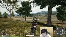 孤存 骑摩托秀车技 一停车被别的摩托压死了
