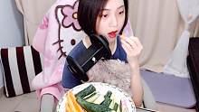 【ASMR】完颜夜宵吃胡萝卜黄瓜,咀嚼音,好饿~小哥哥要不要下面给我吃?