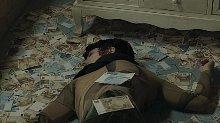 小伙与女友相约酒店,却发现女友死在钱堆里,凶手你绝对猜不到