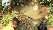美食:原始村民家庭传统的生存技能为食物寻找鱼。