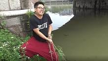 用强磁到河里打捞,用了半天时间捞到了一根车链子,这就很尴尬呀
