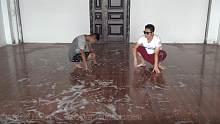 在洒满洗洁精的地板上跳舞,配上这首歌曲,真的是太搞笑啦