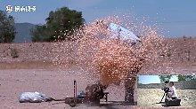 嘭!老式爆米花机朝人开炮射出爆米花,全部打身上