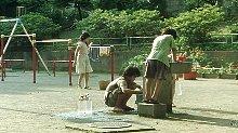 母亲抛儿弃女,4个孩子全身恶臭在公园洗漱,身无分文艰难度日