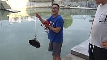 用强磁到池塘打捞硬币,没想到最后打捞出一口大铁锅,小伙乐坏啦