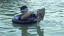 用手和脚的配合到游泳的地方打捞,看看小伙都捞上来些什么
