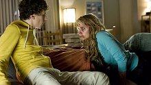 小伙收留美女过夜,一觉醒来美女被病毒感染,变成丧尸攻击他