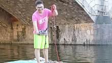 在自制的泡沫船上用强磁到河边儿打捞,看看小伙打捞到什么