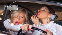 当你遇到新手女司机的时候,一定要记得绕道行走!