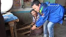 下农村姥姥用最古老的烧火方式煮饺子,小外甥看着好奇,怎么也学不会