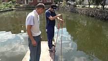 用强磁到池塘打捞, 没想到捞出了一个97年的脸盆, 小伙开心坏了