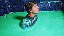 小哥在绿色史莱姆粘液中呆了24个小时!是什么一种体验?