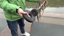 第一次用强磁到池塘打捞上来一块巨大磁铁,小伙伴们开心坏啦