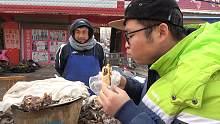 试吃河南美食羊肉夹馍,吃到最后小伙还加了一根大葱,非常nice