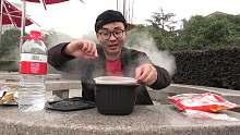 小伙户外自制水饺,看看小伙这吃相,路人大妈都乐坏了