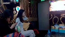 在越南河内,跟好朋友一起K歌