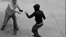 监控下的搞笑一幕,男子被打劫的吓尿了
