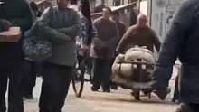 宁愿坐在自行车上笑也不愿坐在宝马车上哭的,原来是真的!
