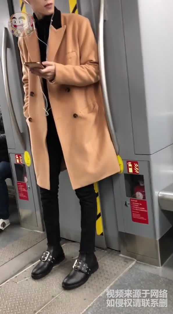 Big笑工坊-地铁上的高颜值小哥哥,看到第三个我心动了!
